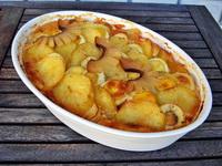 Mangalica kolbásszal és szalonnával rakott krumpli csrépben