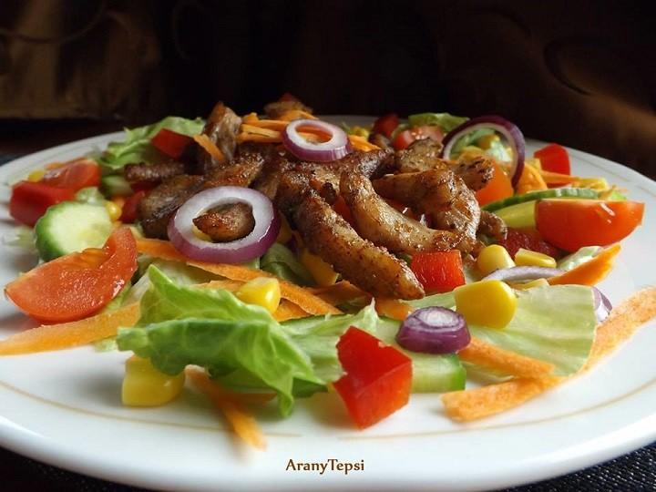 Fűszeres csirkecsíkok salátaágyon