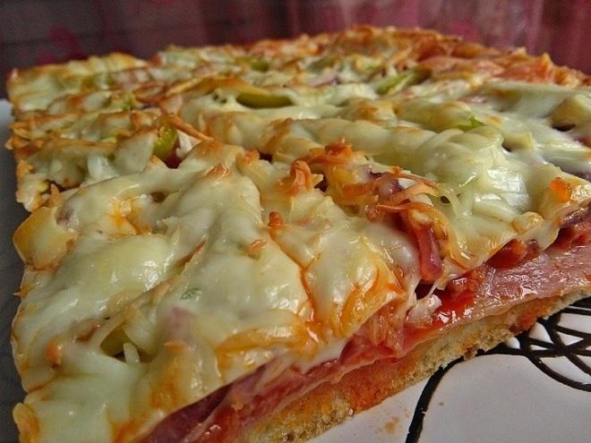 Baconös kolbászos pizza tepsiben sütve