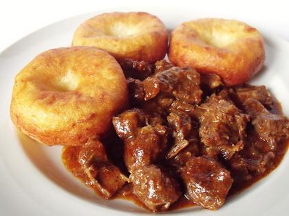 Vörösboros marhapörkölt krumplifánkkal