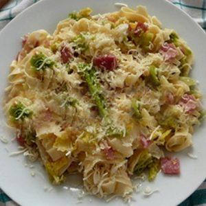Sajtos tészta kelkáposztával, bacon szalonnával