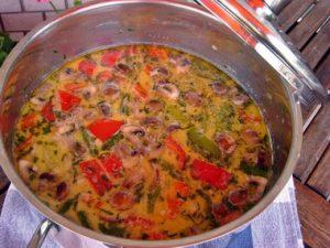 Tárkonyos- kókusztejes sertés raguleves roppanós zöldségekkel